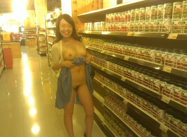 お店で裸になる露出女性 (17)