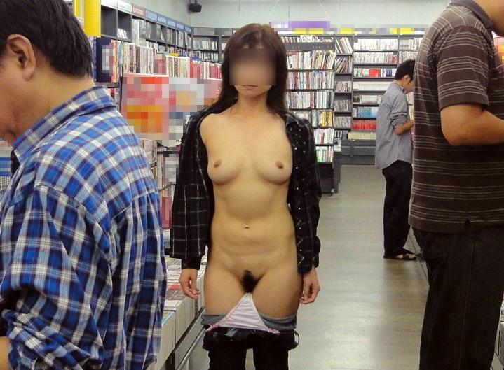 お店で裸になる露出女性 (19)