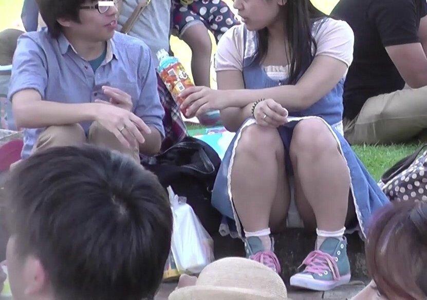 三角座りでパンツが丸見え (11)