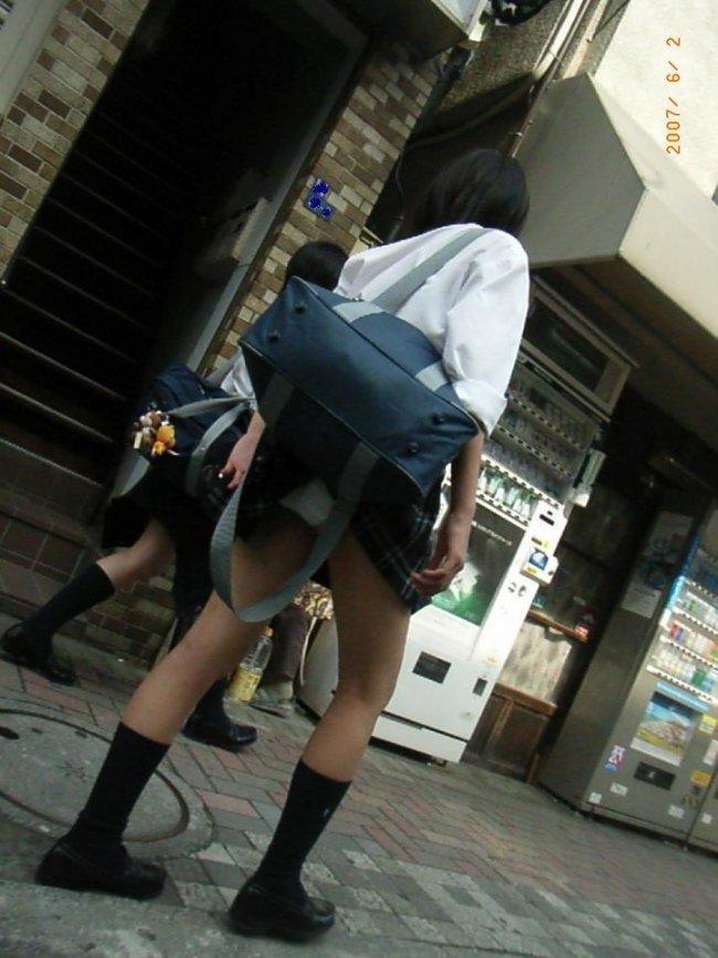 鞄と一緒にスカートが捲れてパンツ丸見え (2)