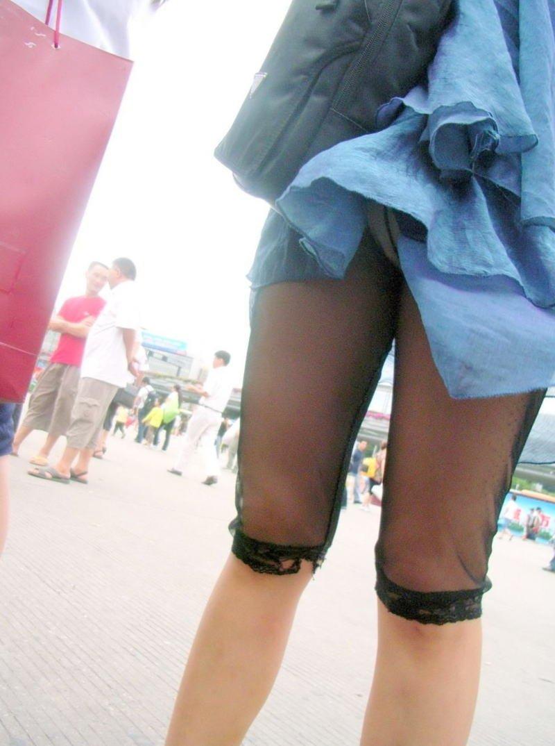 鞄と一緒にスカートが捲れてパンツ丸見え (8)