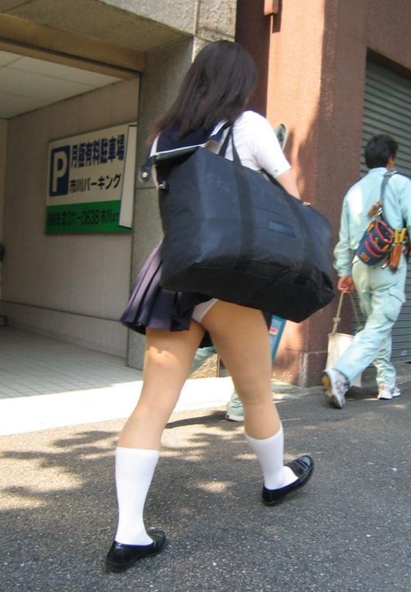 鞄と一緒にスカートが捲れてパンツ丸見え (3)