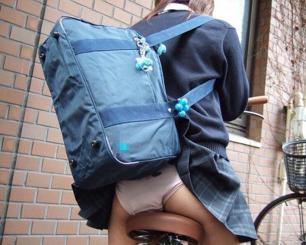 鞄と一緒にスカートが捲れてパンツ丸見え (7)