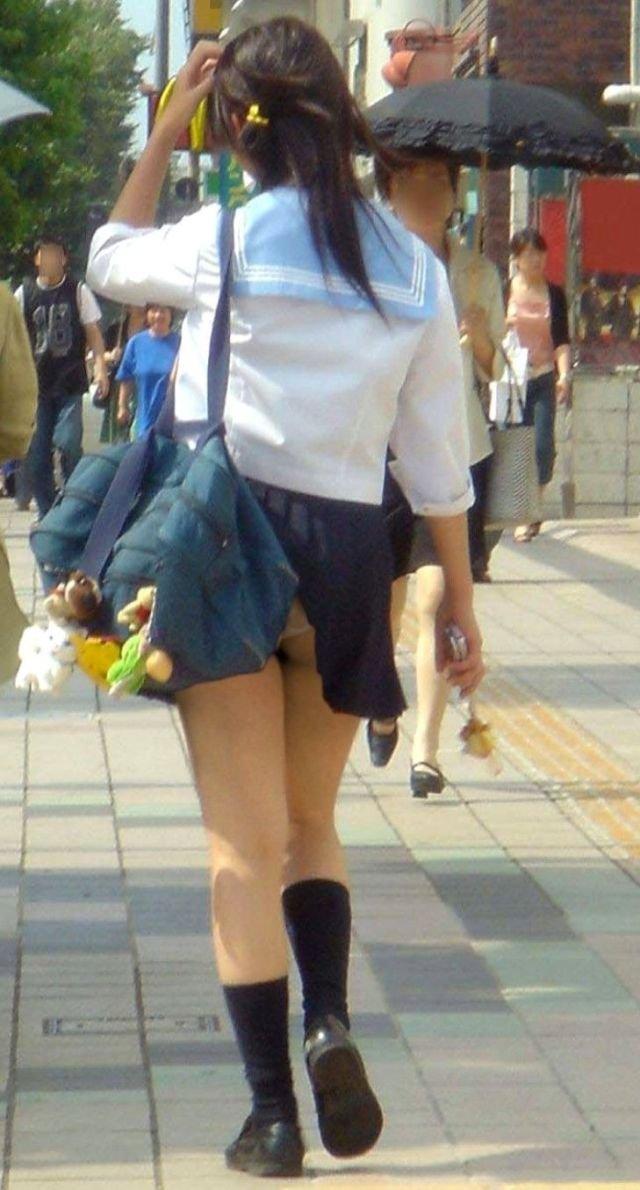 鞄と一緒にスカートが捲れてパンツ丸見え (20)