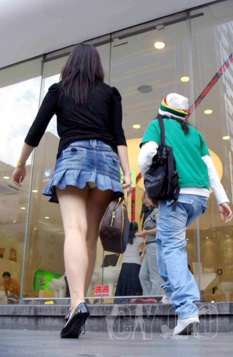 ミニスカートからパンツが見えまくってる (5)