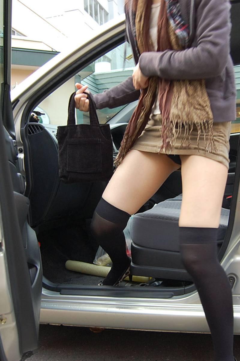 ミニスカートからパンツが見えまくってる (7)