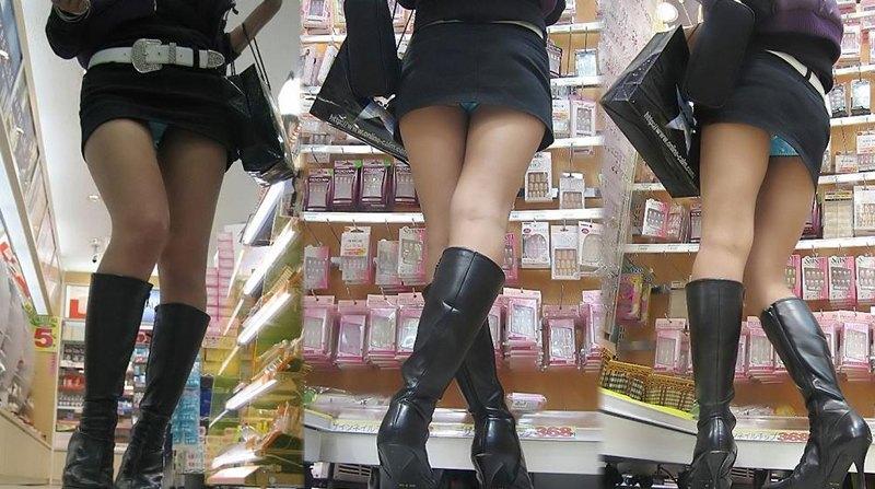 ミニスカートからパンツが見えまくってる (11)
