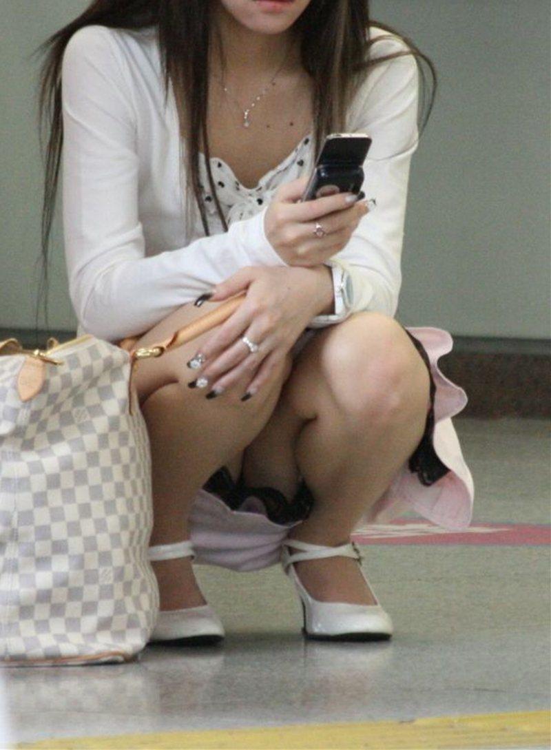 ミニスカートからパンツが見えまくってる (15)
