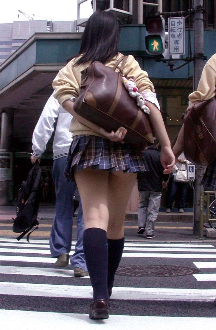ミニスカートからパンツが見えまくってる (16)