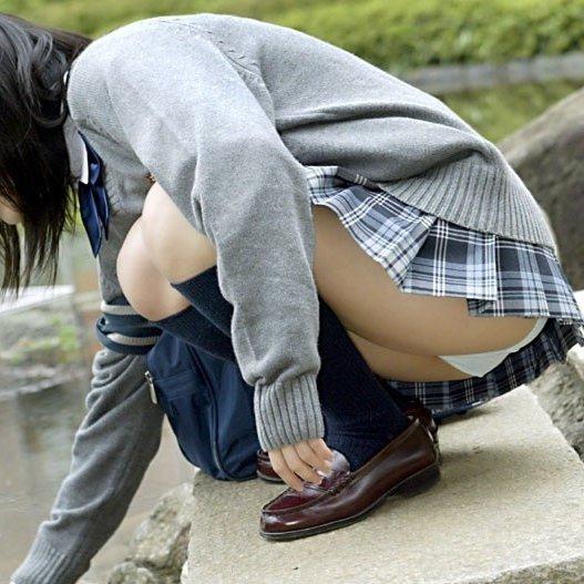 ミニスカートからパンツが見えまくってる (1)