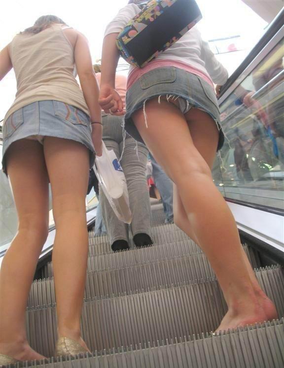 短いスカートでパンツが丸見え (5)