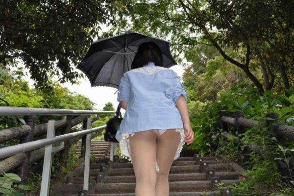 短いスカートでパンツが丸見え (11)