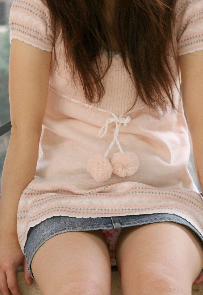 短いスカートでパンツが丸見え (9)