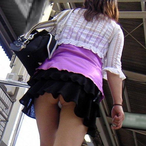短いスカートでパンツが丸見え (1)