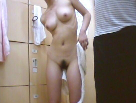 女湯の脱衣所で服を脱いでる女の子 (2)