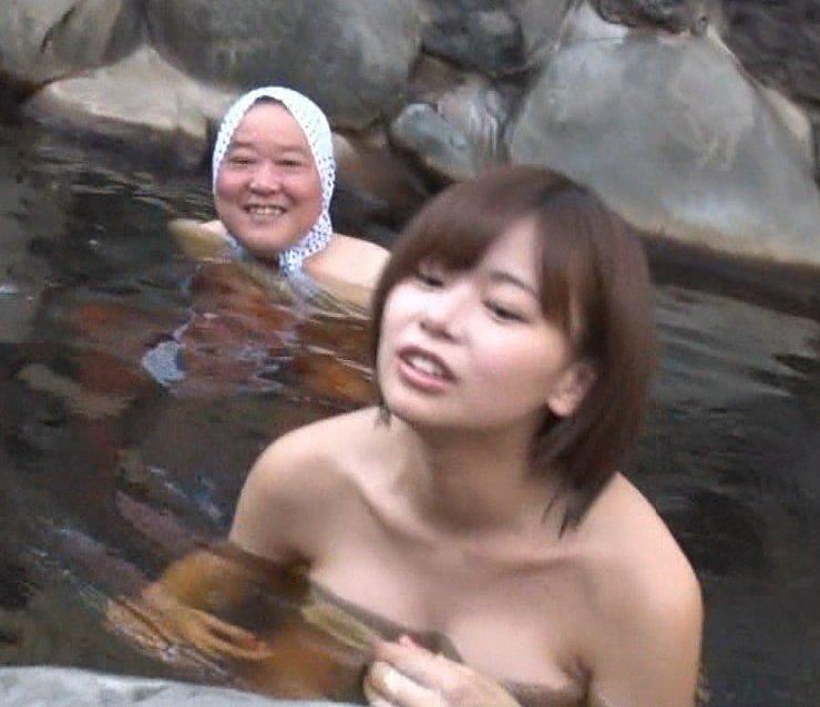 温泉に入るアイドルやグラドルの胸チラ (2)