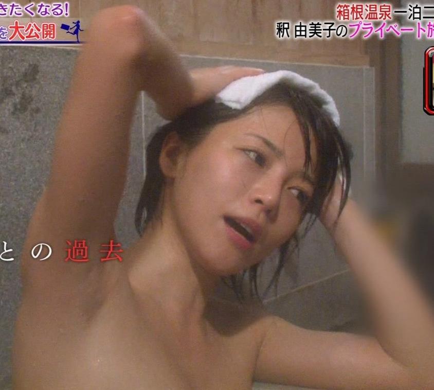 温泉に入るアイドルやグラドルの胸チラ (9)