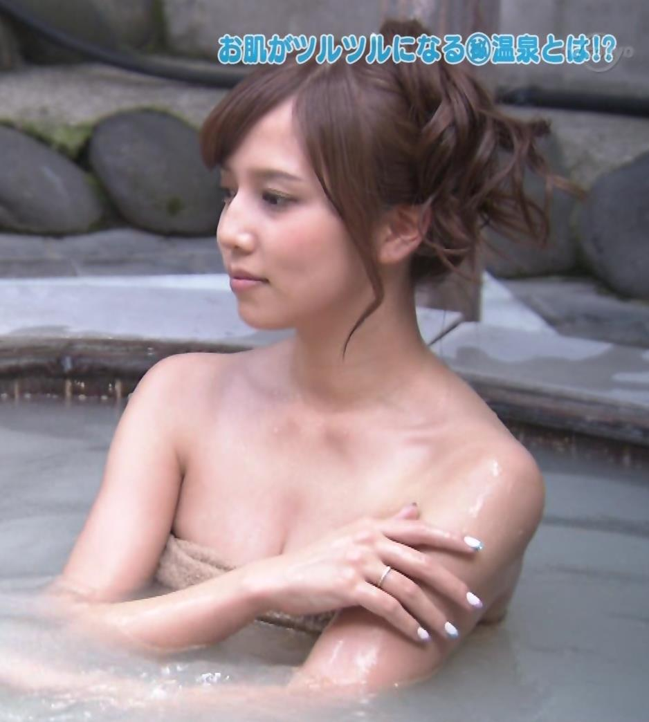 温泉に入るアイドルやグラドルの胸チラ (3)