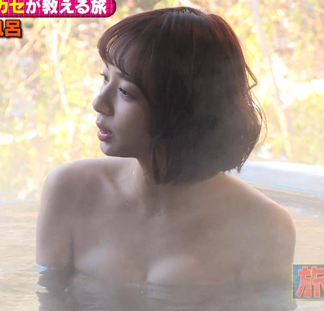 温泉に入るアイドルやグラドルの胸チラ (4)