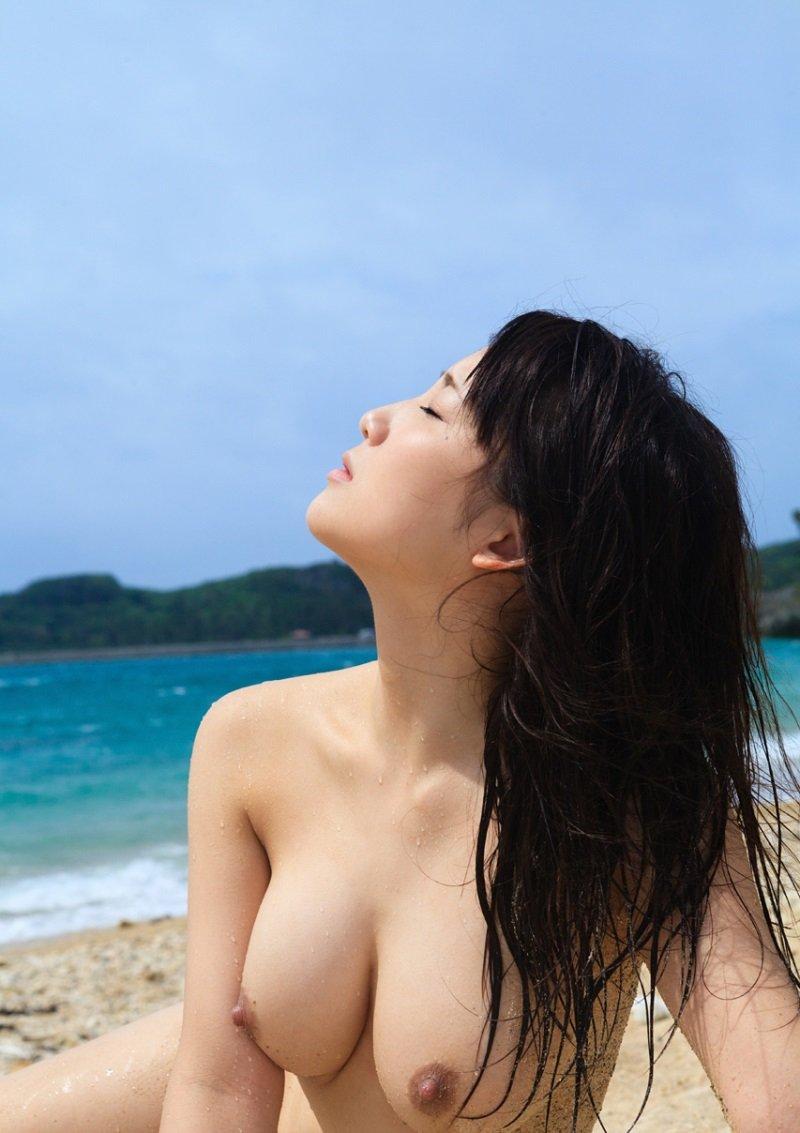綺麗なビーチでヌードになる美女 (14)