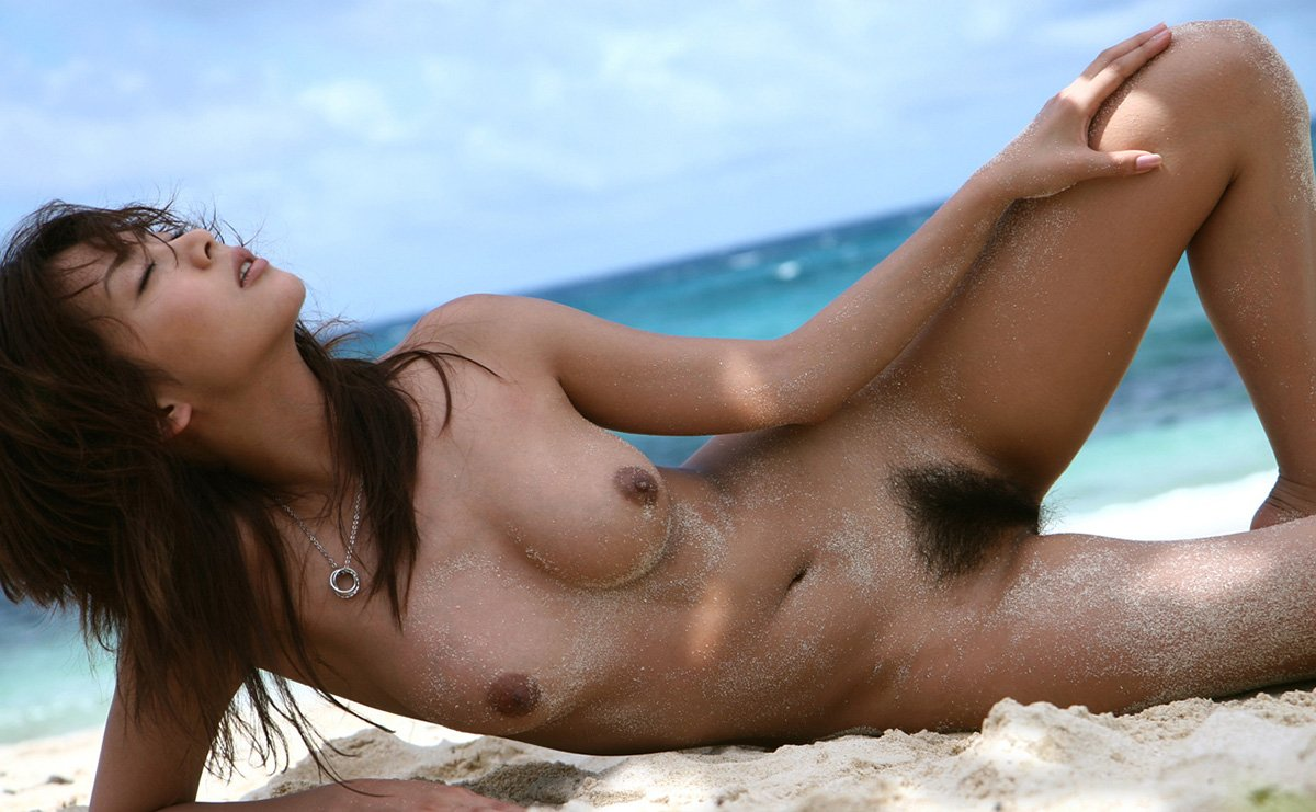 綺麗なビーチでヌードになる美女 (16)