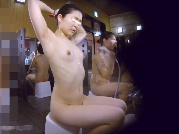 裸の女の子がイッパイの女湯 (13)