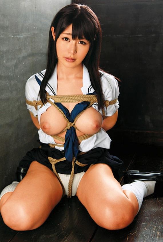 ヌード女性を縄で縛って拘束する (5)