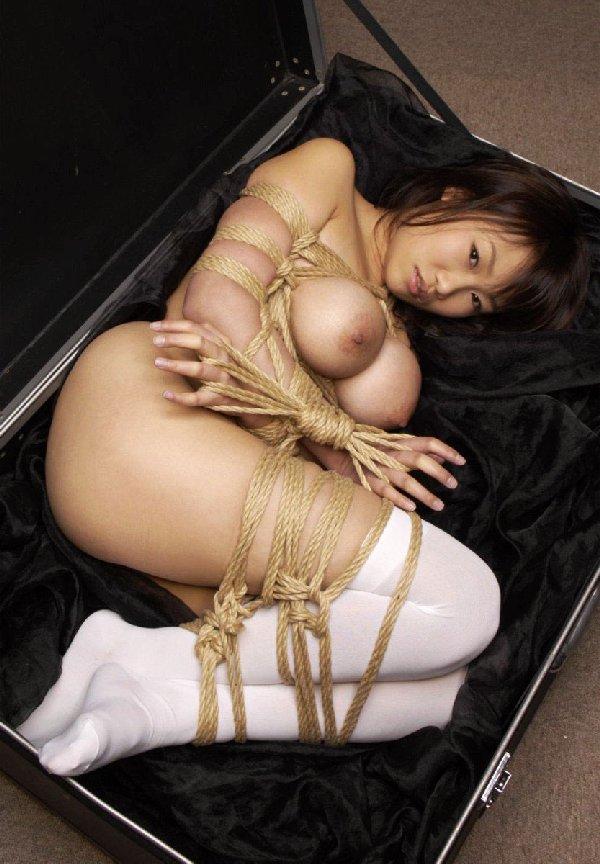ヌード女性を縄で縛って拘束する (9)