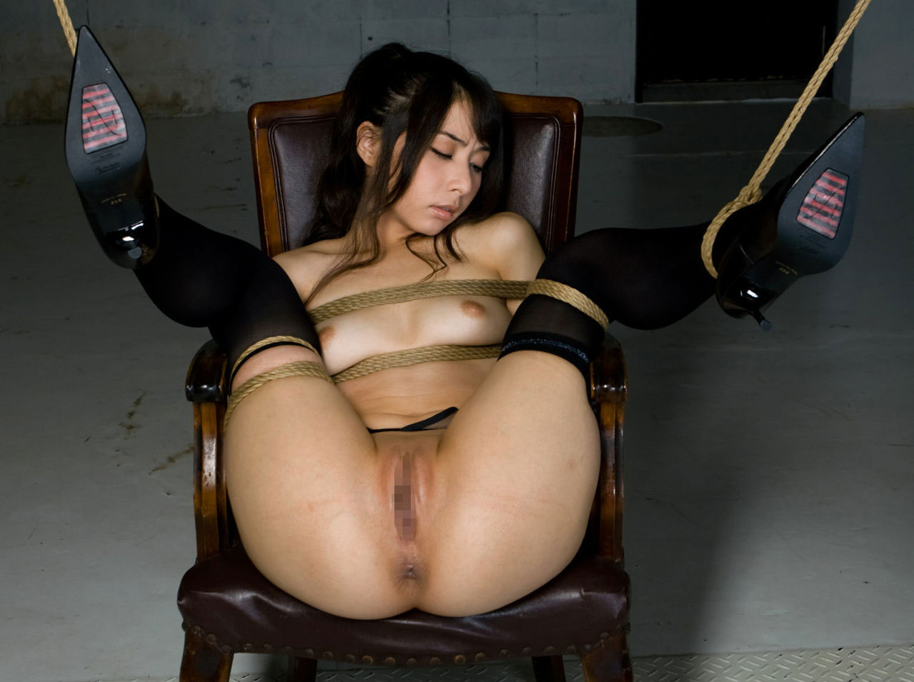ヌード女性を縄で縛って拘束する (2)