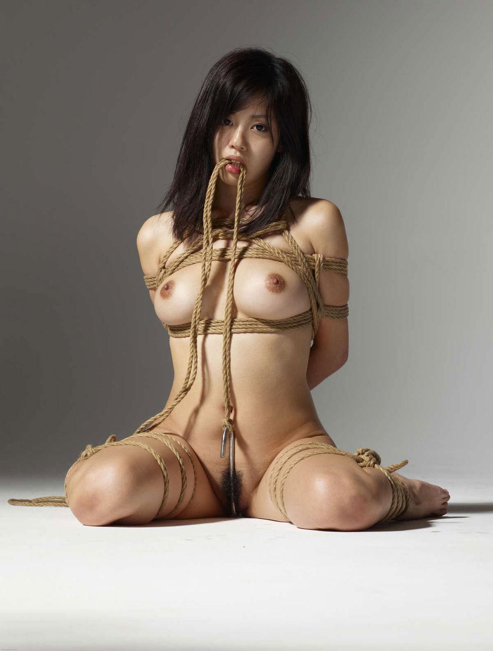 ヌード女性を縄で縛って拘束する (3)