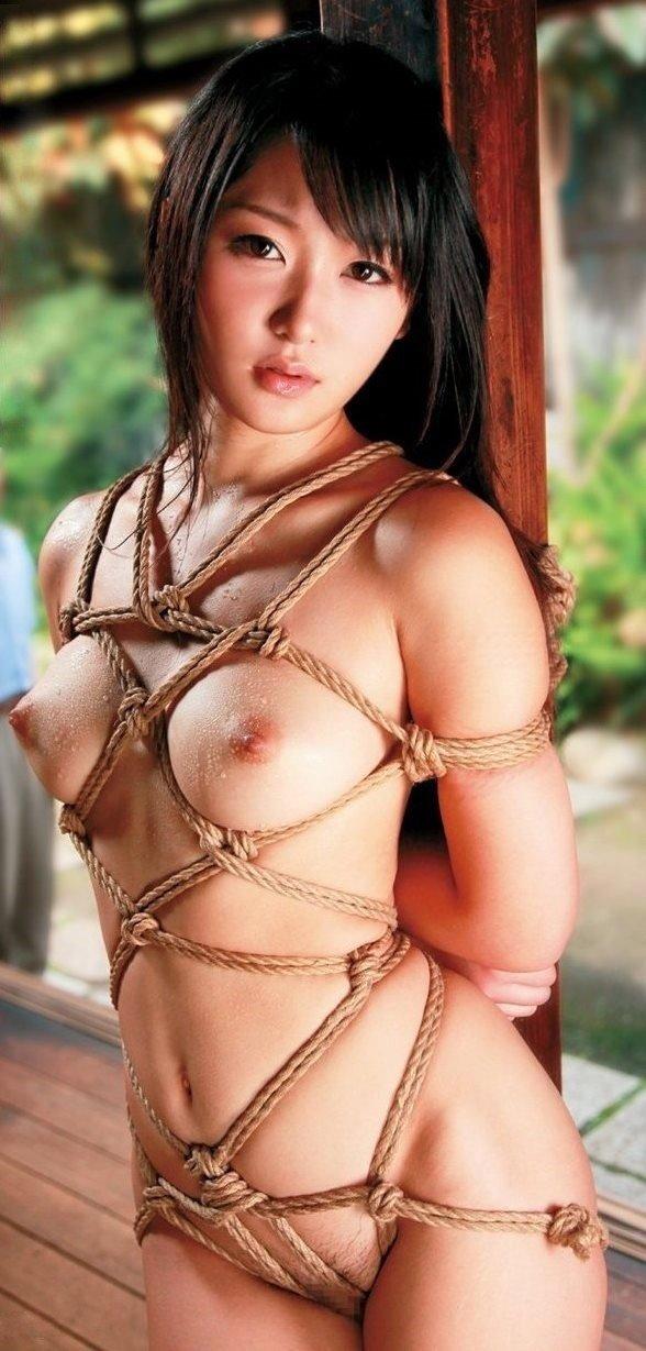 ヌード女性を縄で縛って拘束する (20)