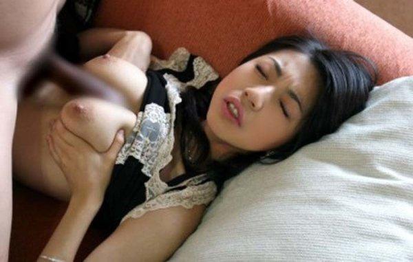余裕でパイズリする巨乳の女性 (13)