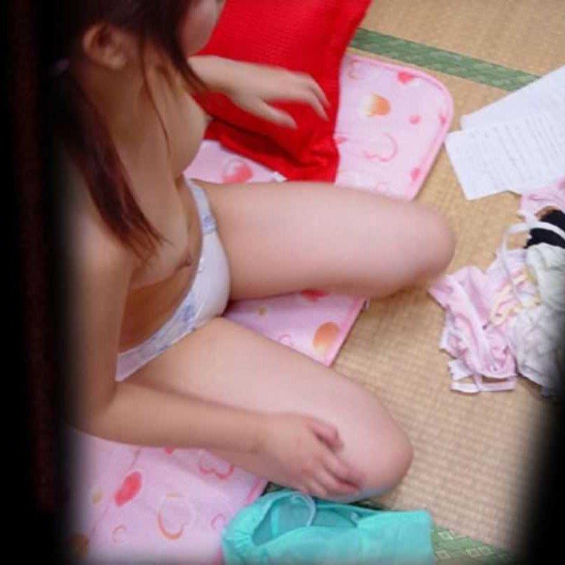 自宅で着替え中の彼女や家族を撮影しちゃった家庭内盗撮エロ画像