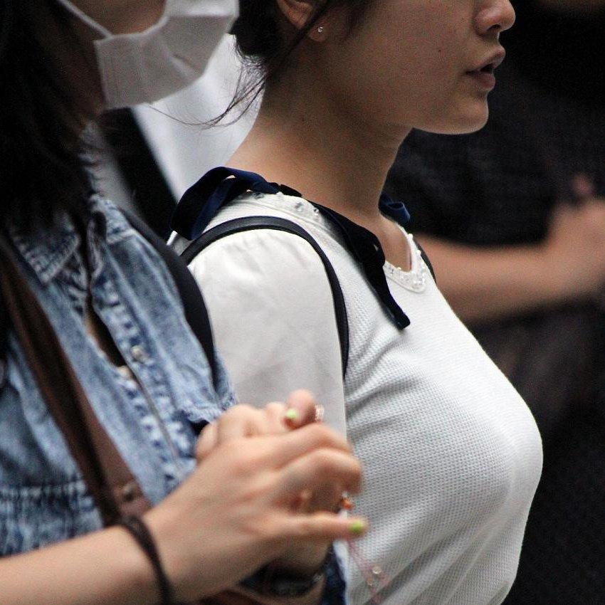 着衣巨乳の女の子を街撮り (1)