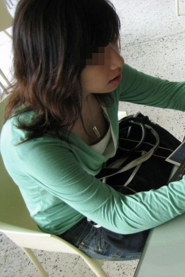 胸チラしてる素人さん (16)