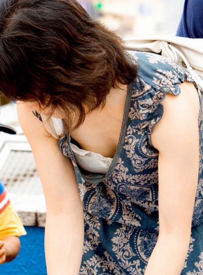 若奥様の豪快な胸チラ (11)