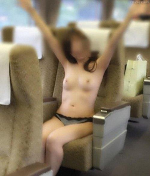 電車内で露出を楽しむ変態さん (16)