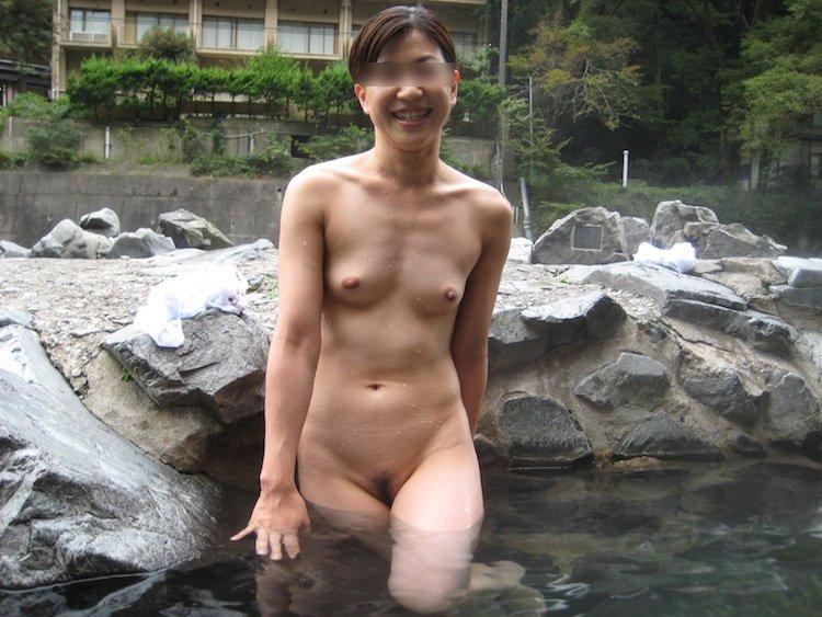 露天風呂で素っ裸の撮影をされた素人さん (10)