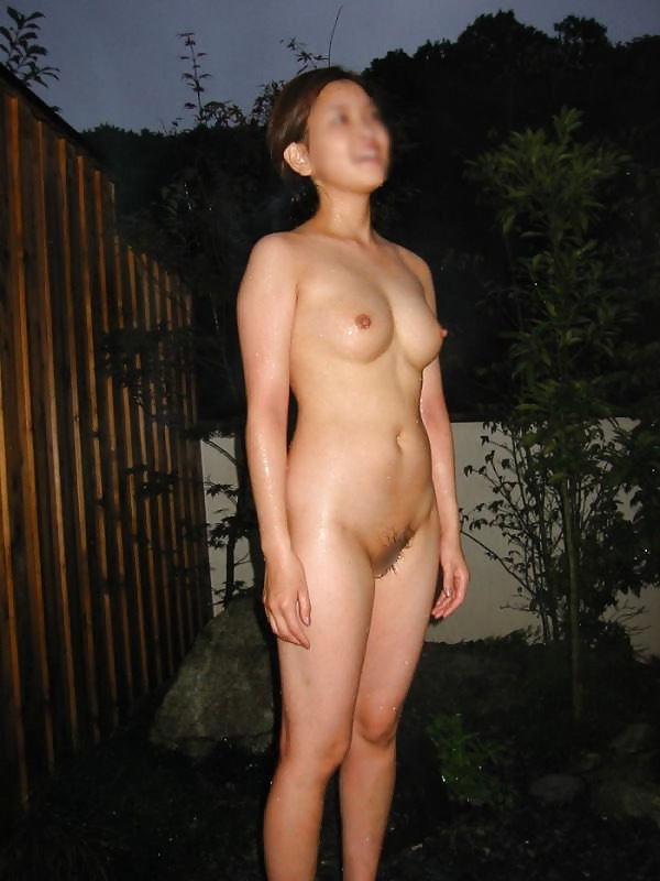 露天風呂で素っ裸の撮影をされた素人さん (7)