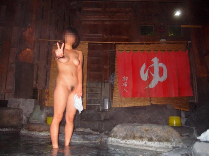 露天風呂で素っ裸の撮影をされた素人さん (16)