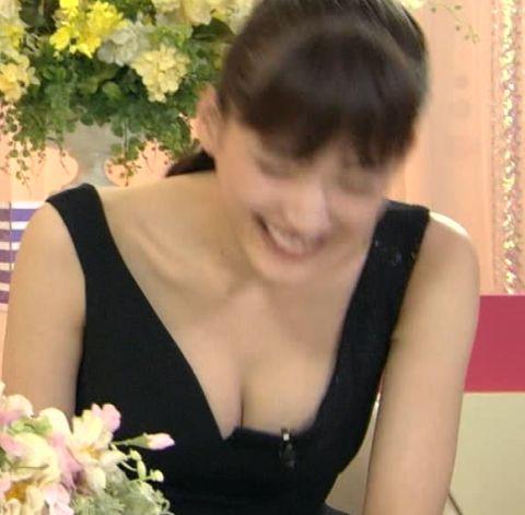 TVで胸の谷間や乳首が見えた瞬間 (18)