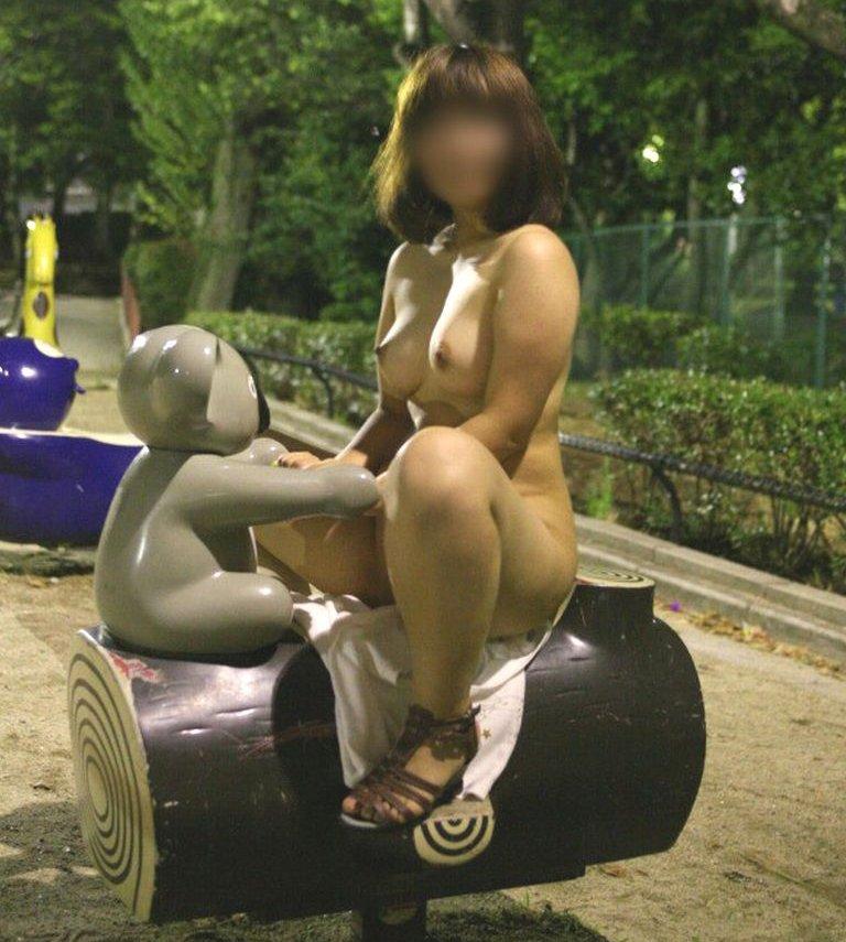 野外露出を楽しむヌード女性 (8)