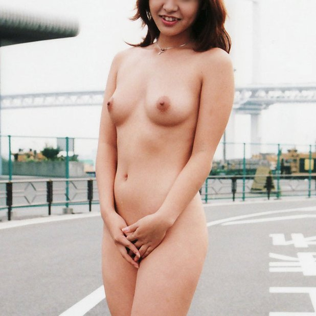 野外露出を楽しむヌード女性 (1)