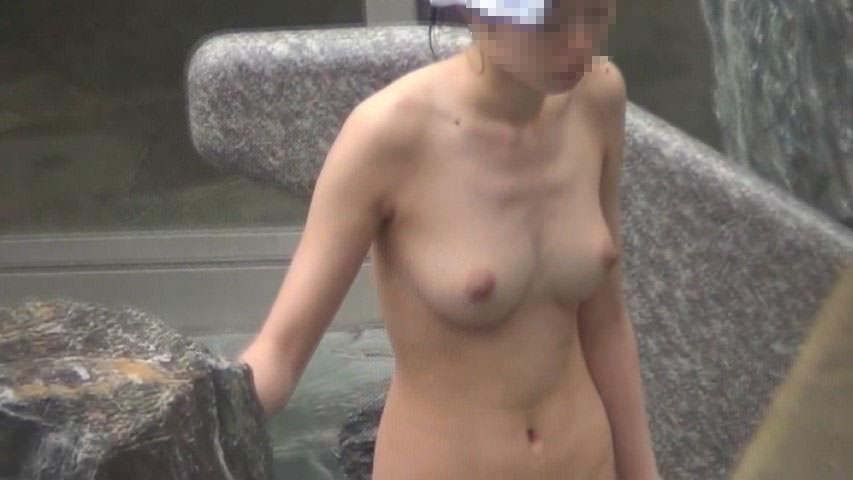露天風呂にいた素っ裸の女性たち (14)