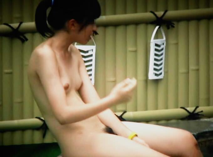 露天風呂にいた素っ裸の女性たち (10)