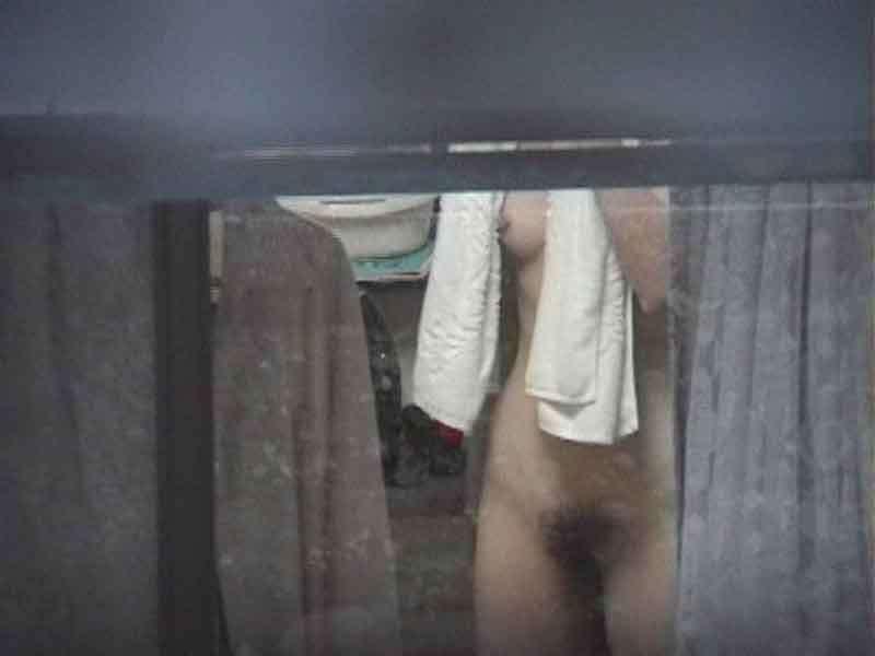 民家の窓から全裸の女性が見えちゃった (12)