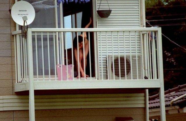 民家の窓から全裸の女性が見えちゃった (17)