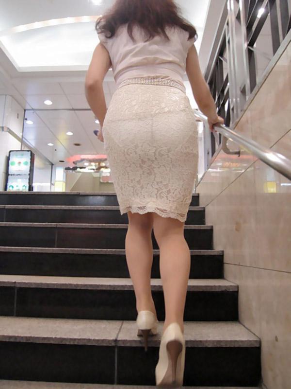 タイトスカートからパンツが透けてる (10)