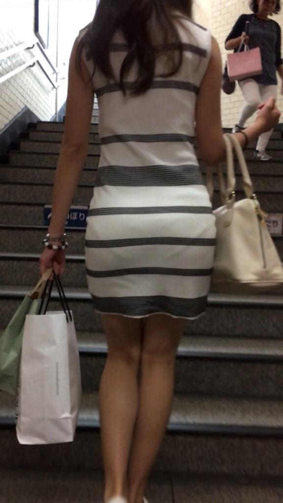 タイトスカートからパンツが透けてる (12)