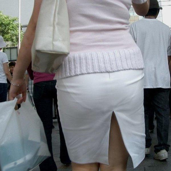 タイトスカートからパンツが透けてる (1)
